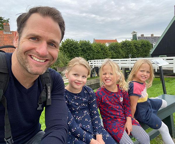 Arjan Ooms sitting with his daughters
